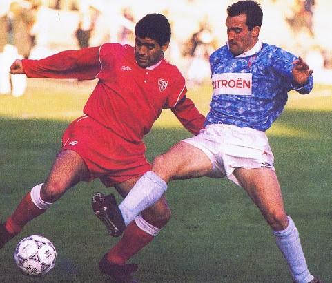 Salillas disputando un balón a Maradona en un Sevilla-Celta.