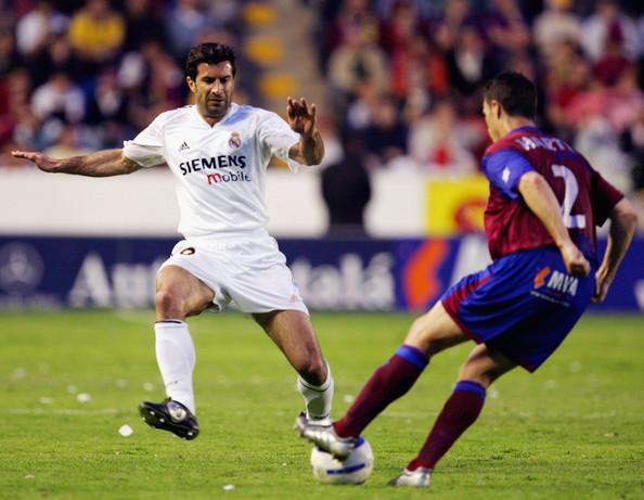 Ian Harte ante Figo en el Levante-Real Madrid de 2005.