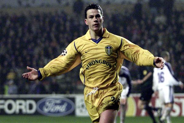 Ian Harte celebrando un gol en Champions con la camiseta del Leeds.